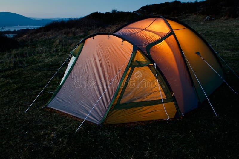 Namiot iluminujący przy nocą zdjęcia stock
