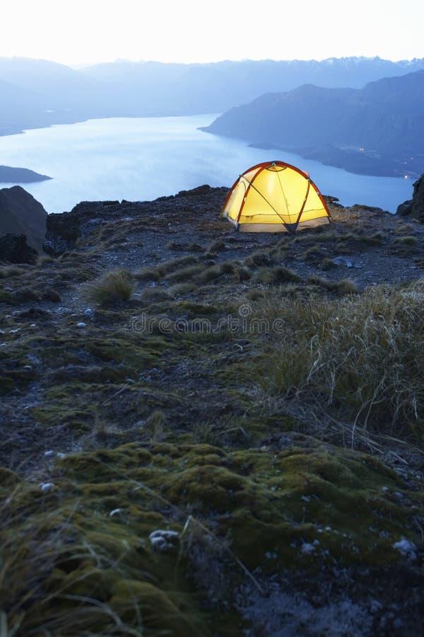 Namiot lakeshore przy półmrokiem zdjęcie royalty free
