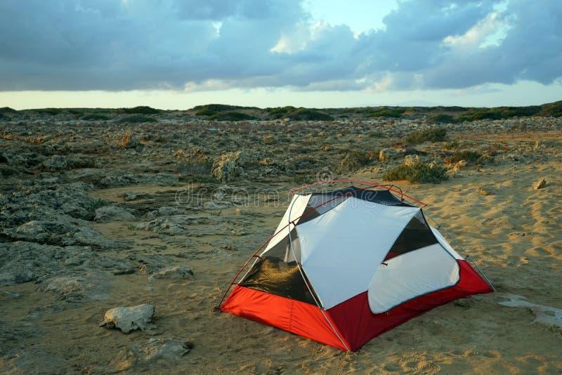 Namiot na skale i piasku zdjęcie royalty free