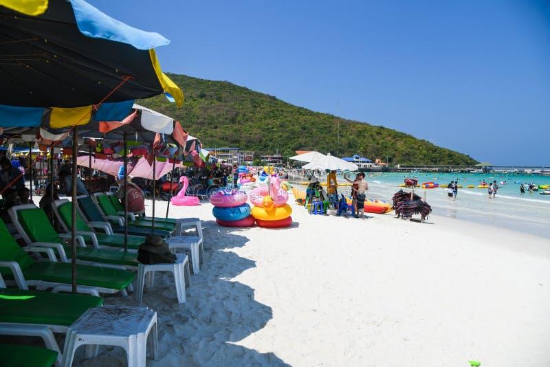 Namiotowi krzesła lata holu słonecznego dnia ludzie przy ko lan wyspą, Pattaya miasto obrazy stock