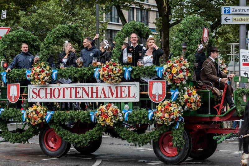 Namiotowi właściciele i browary paradują na początku Oktoberfest, Schottenhamel namiotowej parady - zdjęcia stock