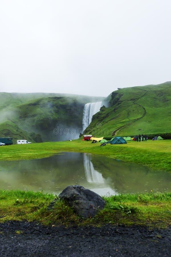 Namiotu obóz blisko Skogarfoss siklawy w Iceland fotografia stock