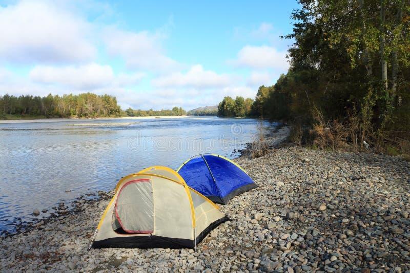 Namioty przy rzeką zdjęcia royalty free