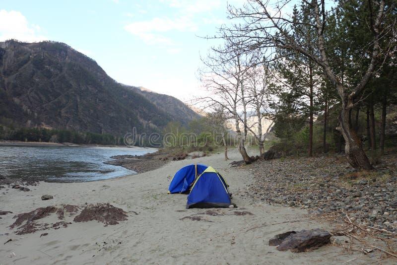 Namioty przy rzeką zdjęcie royalty free