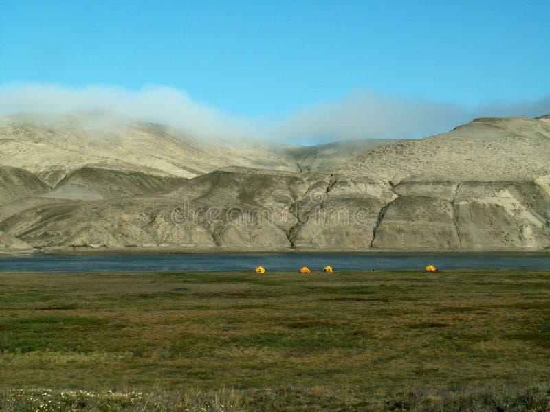 Namioty wzdłuż Horton rzeki zdjęcia royalty free