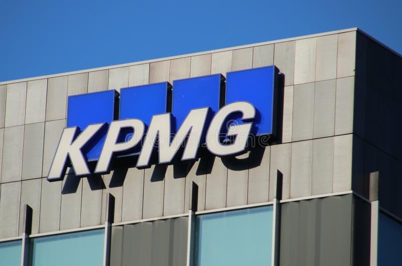 Namn och logotyp för KPMG, ett räkenskaps- och konsultföretag i Ypenburg-distriktet i Haag i Nederländerna royaltyfri foto