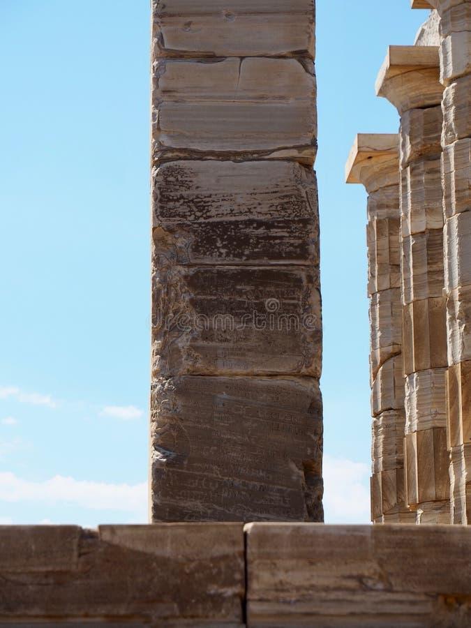 NamnCarvings på templet av Poseidon arkivfoton