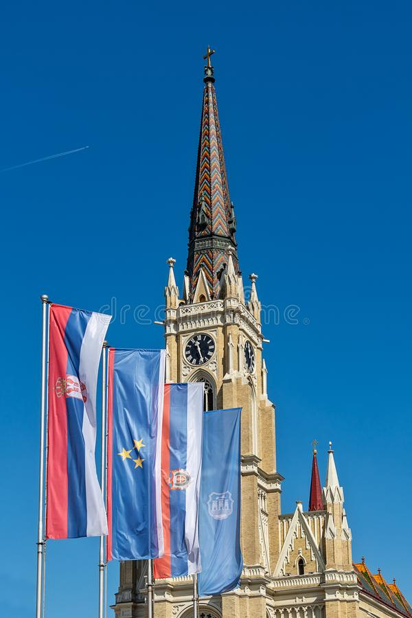 Namnet av Mary Church som är romerskt - katolsk församlingkyrka i Novi Sad, Serbien Flaggor av Serbien, Vojvodina och Novi Sad royaltyfri bild