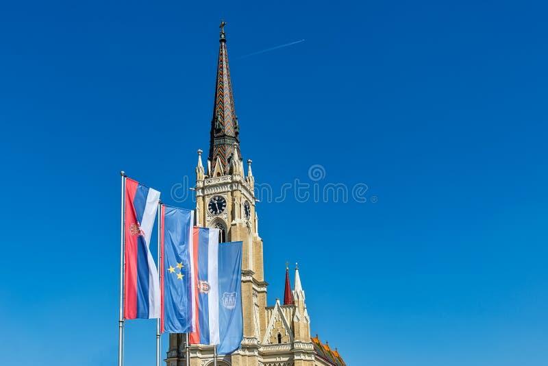 Namnet av Mary Church som är romerskt - katolsk församlingkyrka i Novi Sad, Serbien Flaggor av Serbien, Vojvodina och Novi Sad arkivfoton