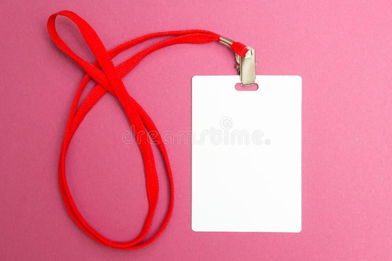 Namnge etikettsmodellen som isoleras på rosa bakgrund Vanlig tom emblemID-åtlöje upp att hänga på hals med röd rad arkivfoton