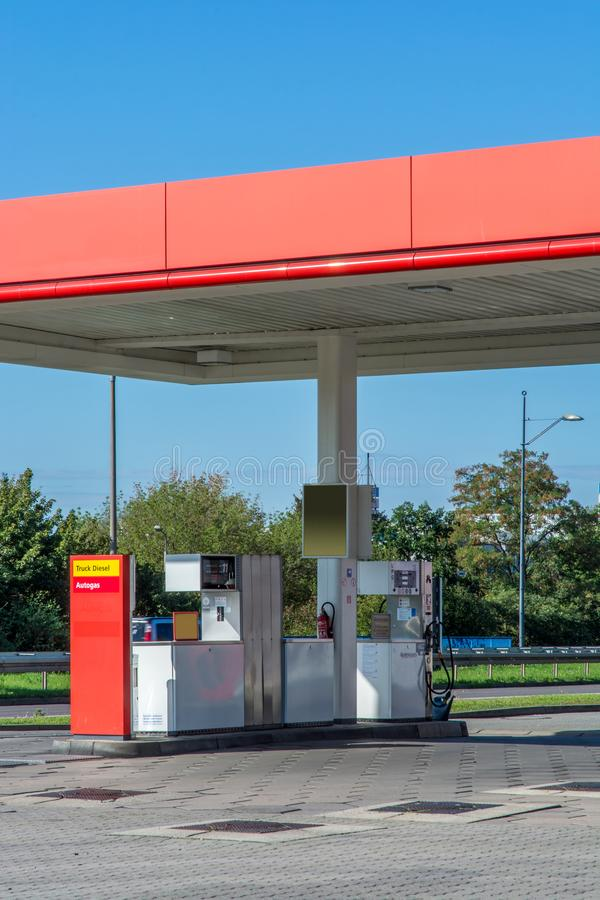Namnlös privat bensinstation som ses från en offentlig väg royaltyfri fotografi
