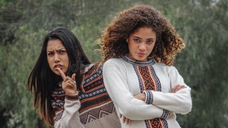 Namoradas adolescentes fêmeas latino-americanos e silêncio fotografia de stock royalty free