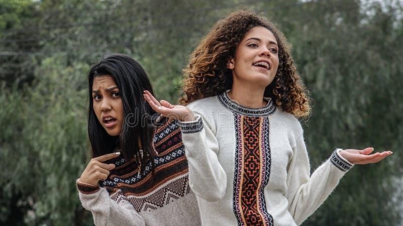 Namoradas adolescentes fêmeas latino-americanos indecisos confusas fotografia de stock royalty free