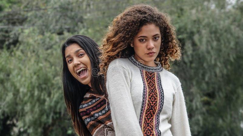 Namoradas adolescentes fêmeas latino-americanos sérias felizes fotos de stock royalty free