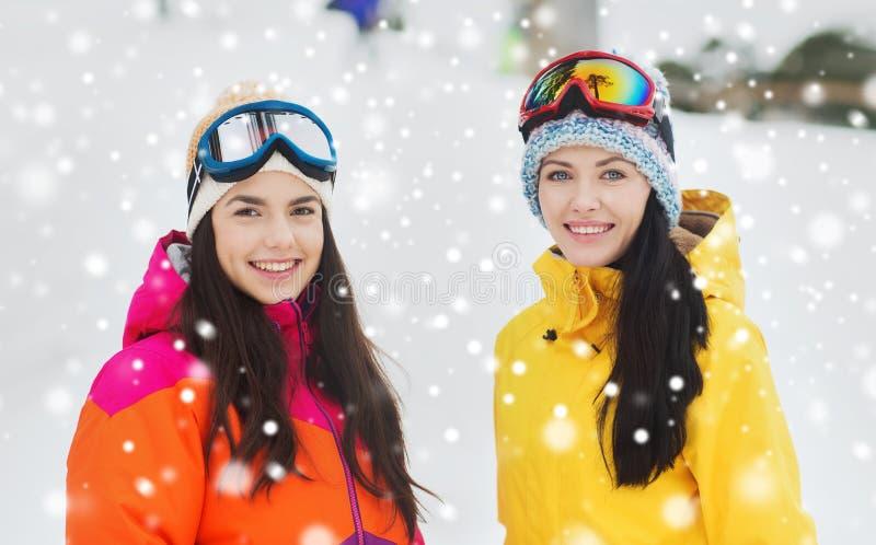 Namoradas felizes em óculos de proteção do esqui fora imagens de stock