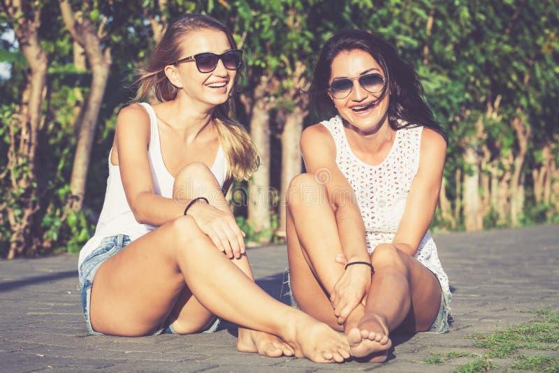 Namoradas morenos e louras consideravelmente bonitas nos óculos de sol imagem de stock royalty free