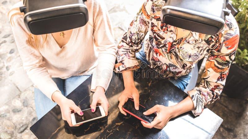 Namoradas que jogam nos vidros do vr exteriores - realidade virtual e conceito wearable da tecnologia com os jovens que têm o div imagem de stock royalty free