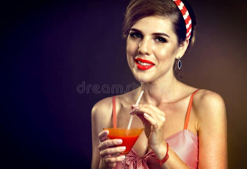 Namoradeira de vidro de Martini Pin acima do cocktail do Bloody Mary da bebida da menina fotos de stock royalty free