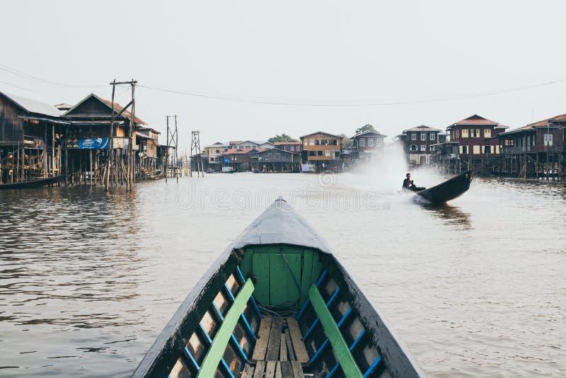 Nampan,缅甸- 2019年4月:努力去做通过Nampan村庄的传统缅甸木小船在Inle湖 库存照片