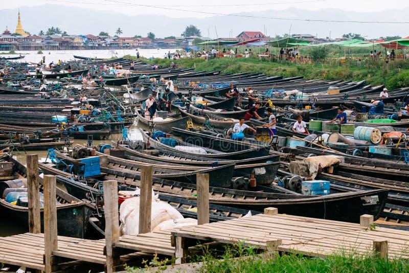 Nampan Inle sjö, Myanmar - 4 Juli, 2015: Fartyg, affärsmän och läge royaltyfria bilder