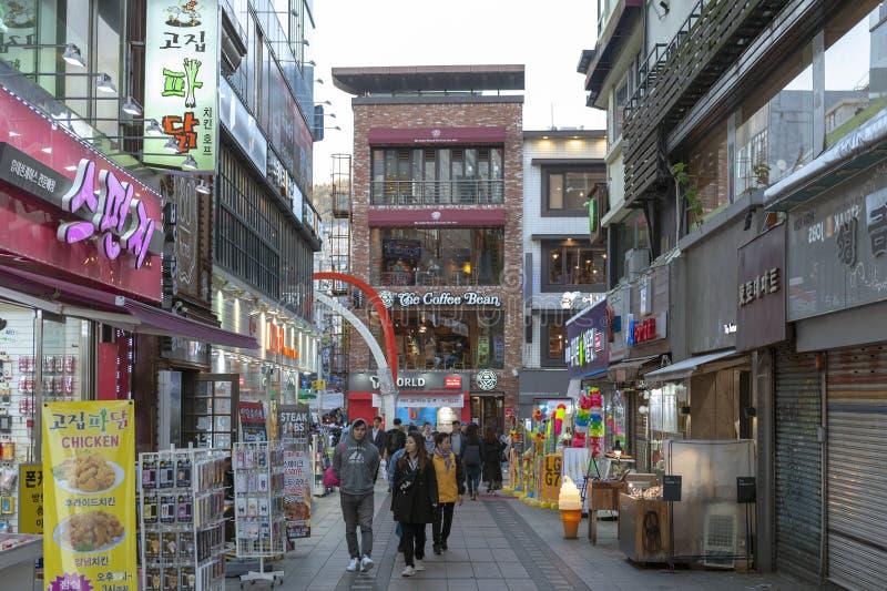Nampodong som shoppar gatan nära BIFF Square, berömt filmområde och kulturell turist- dragning i den Busan staden, Sydkorea arkivbilder