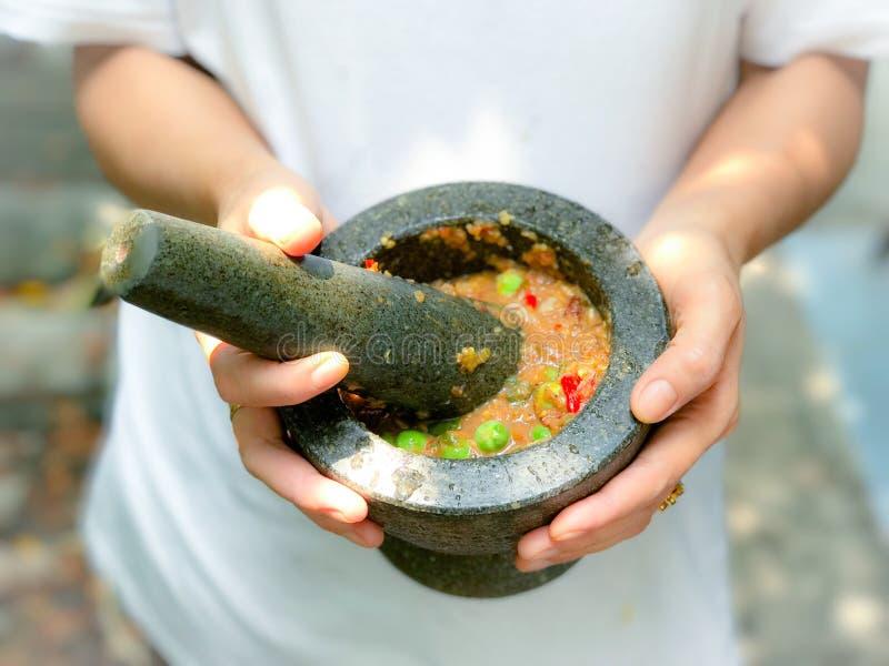 Namprik - het Thaise deeg van Spaanse pepergarnalen in steenmortier stock afbeelding
