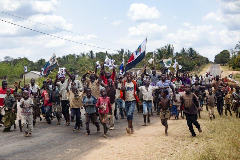 NAMPULA, MOSAMBIK - Oktober 2014 Jugend- und Kinderaktivisten, die laufen, um an einer politischen Sammlung teilzunehmen stockfotos