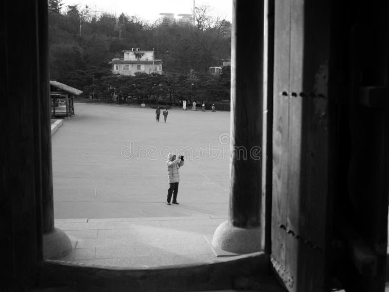 Namsangoldorp Zuidkoreaans Seoel, Een beeld van een toerist die sommige foto's schieten die een digitale camera met behulp van royalty-vrije stock afbeeldingen