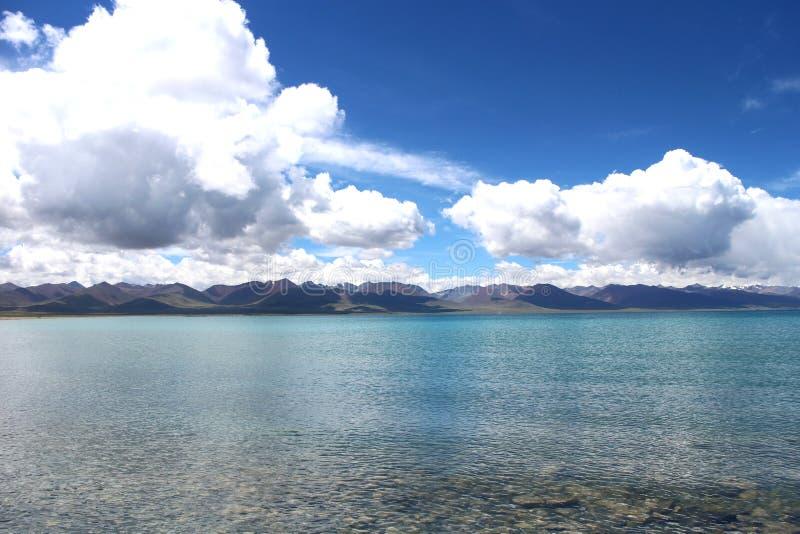 Namtsomeer met verre bergen en blauwe hemel in Tibet, China royalty-vrije stock foto's