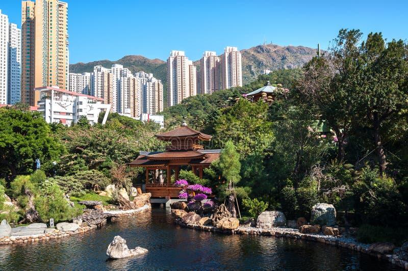 Nan Lian Garden Diamond Hill, Hong Kong Det Kowloon maximumet kan ses i bakgrunden royaltyfri foto