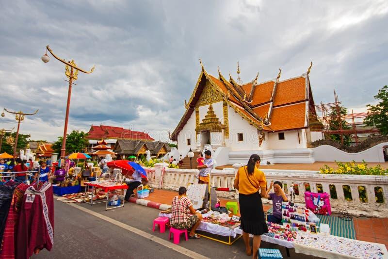 NAN, THAILAND - JULI 17 JULI 2019 Nattmarknad på väg nära Wat PHUMIN NAN, i Nan Province, norra Thailand royaltyfri foto