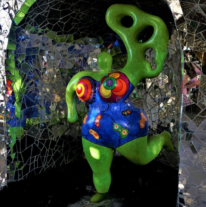 Nana verde con vestido azul - arte pop en la gruta Niki de Saint Phalle Hanover imágenes de archivo libres de regalías