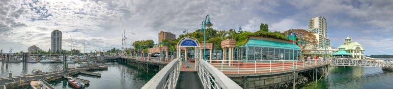 NANAIMO, CANADÁ - 14 DE AGOSTO DE 2017: Puerto de la ciudad con los turistas n fotografía de archivo