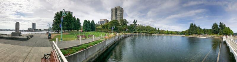 NANAIMO KANADA - AUGUSTI 14, 2017: Stadshamn med turister n arkivfoto