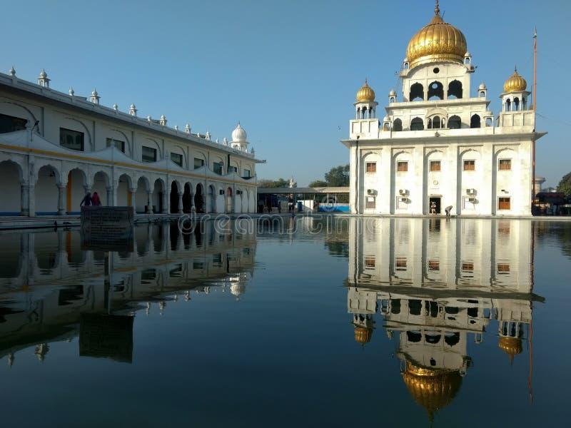 НЬЮ-ДЕЛИ, ИНДИЯ - 18-ое апреля 2019, Nanak Piao Sahib, Gurdwara, sarovar, пруд воды стоковые изображения