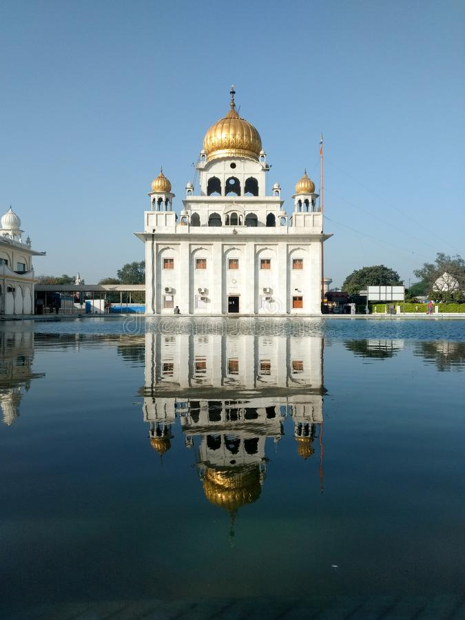 НЬЮ-ДЕЛИ, ИНДИЯ - 18-ое апреля 2019, Nanak Piao Sahib, Gurdwara, sarovar, пруд воды стоковое фото rf