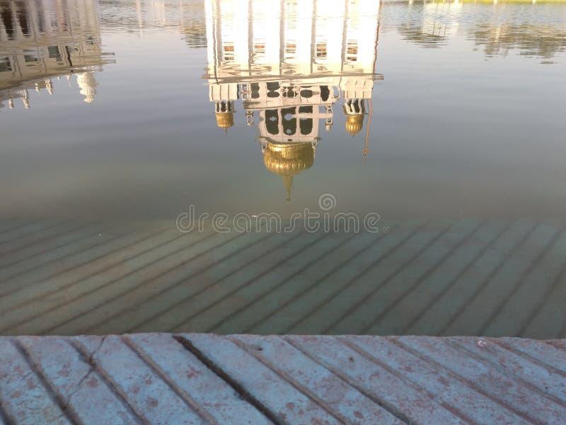 НЬЮ-ДЕЛИ, ИНДИЯ - 18-ое апреля 2019, Nanak Piao Sahib, Gurdwara, sarovar, пруд воды стоковое изображение