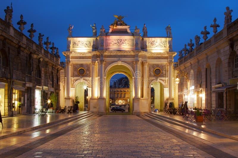 Nancy Frankrike: Båge Héré på plats Stanislas på skymning arkivbilder