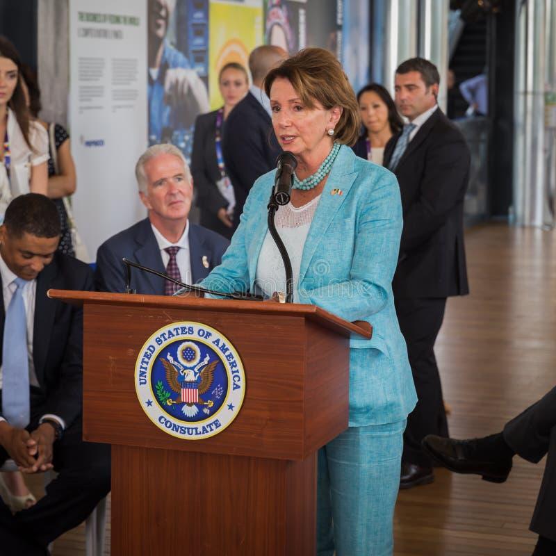 Nancy Pelosi som gör ett anförande på expon 2015 i Milan, Italien arkivfoton