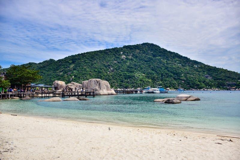 Nang Yuan ö med klart blått havsvatten som omges av berget, Thailand royaltyfria foton