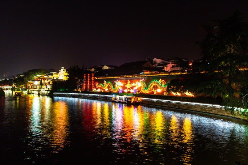 Nanjing, Jiangsu, Chine : La rivière de Qin Huai dans le secteur autour du temple de Confucius est admirablement allumée la nuit photo libre de droits