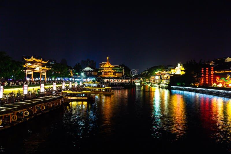 Nanjing, Jiangsu, Chine : La rivière de Qin Huai dans le secteur autour du temple de Confucius est admirablement allumée la nuit images libres de droits