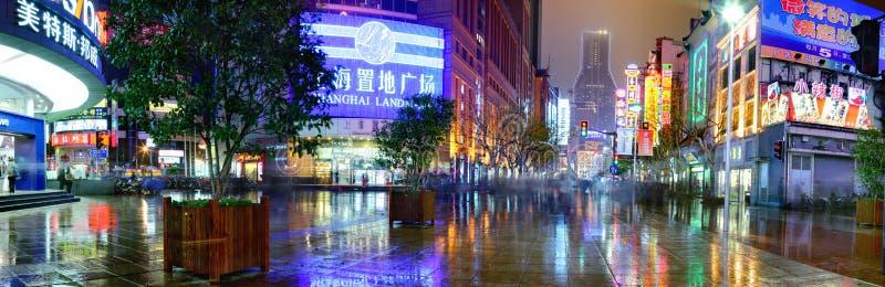 Nanjing Lu väg, Shanghai, Kina, nattgata efter regn arkivfoton
