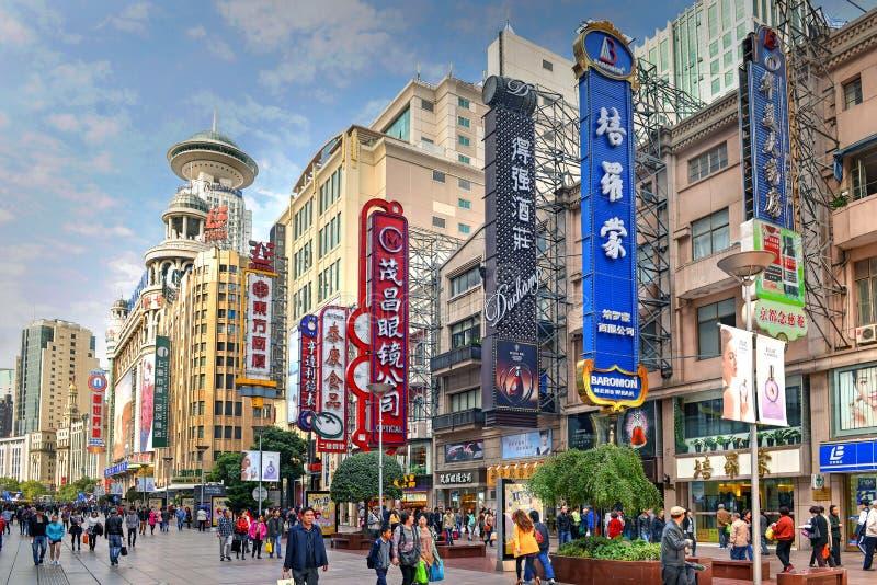 Nanjing Road i Shanghai, Kina royaltyfria bilder