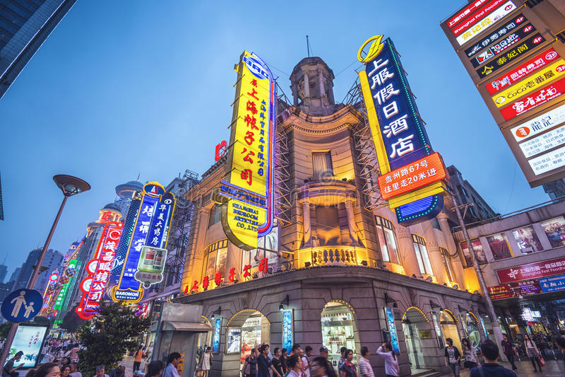 Nanjing väg Shanghai, Kina arkivbild