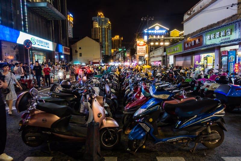 NANNING, PORCELANOWY Sierpień 2018: Mopeds Wykładający Up na ulicie w chińczyku obraz royalty free