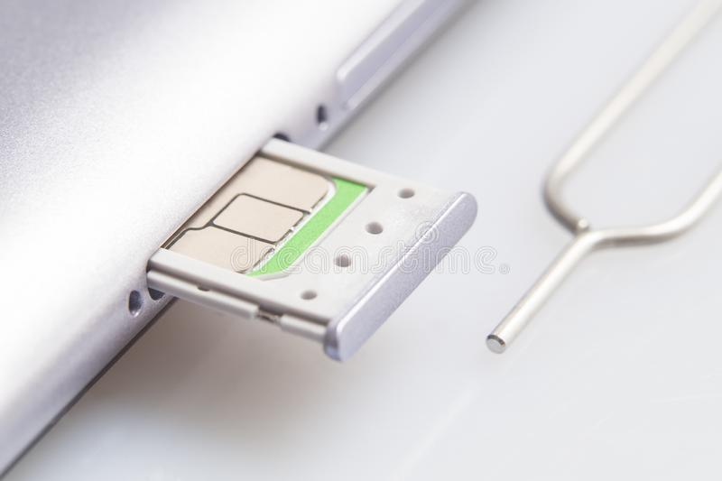 Nano sim karty ekstrakt od sim karty adaptor na bielu ekranu szkła tle fotografia royalty free