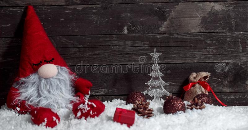 Nano sonnolento di Natale su neve con il Natale decorativo fotografia stock