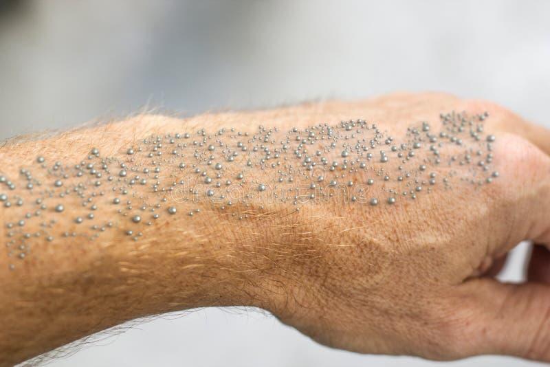 Nanoparticles gemaakt op menselijke huid zichtbaar - het 3D Teruggeven stock afbeelding