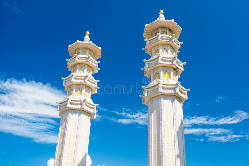 Nanshan-Buddhismus-Mitte, ein Park voll von religiösen Standorten fünf Stern Park hohe Spalten und Eisentrommeln für Glück und Wo stockbilder